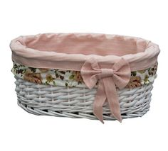 V leseno košarico s snemljivo bombažno prevleko s čudovitim cvetličnim motivom shranite svoje najljubše kozmetične pripomočke. //  Store your favorite cosmetic accessories in a wooden basket with a removable cotton cover with a beautiful floral design. Polyester Material, Cool Things To Buy, Shabby Chic, Basket, Bedroom, Home Decor, Products, Pink, Cool Stuff To Buy
