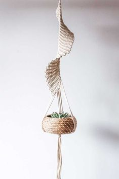 Résultat d'images pour Free Macrame Patterns Plant Hangers Janga (no pattern, inspiration) The Macrame plant hanger is one of many forms of yarn, and it regains the attention it deserves. Macrame plant hangers are a great way to provide retro quality t Macrame Art, Macrame Design, Macrame Projects, Macrame Knots, Macrame Plant Holder, Macrame Patterns, Creations, Bliss, Diy Hack