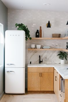 Kitchen Interior Design Remodeling Jayde's Market: Office Kitchen Tile Boho Kitchen, Farmhouse Style Kitchen, Kitchen Living, Kitchen Decor, Smeg Kitchen, Smeg Fridge, Kitchen Walls, Kitchen Office, Kitchen Storage