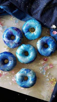 Easy Galaxy Donuts The simplicity and yumminess of these pretty donuts are out of this world. Cute Donuts, Mini Donuts, Baked Donuts, Doughnuts, Box Of Donuts, Fancy Donuts, Delicious Donuts, Delicious Desserts, Dessert Recipes