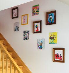 Dessins d'enfants : des oeuvres d'art murales d'artistes méconnus ! [un Picasso vit parmi vous] - Galerie d'art sur le mur de la cage d'escalier - par Tandem & co-   Design intérieur en ligne