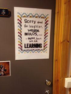 Plakat på døra til klasserommet, ut i korridoren.
