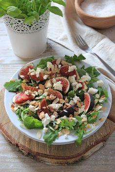 Prosta sałatka z figami, fetą i rukolą | Tysia Gotuje blog kulinarny Cobb Salad, Feta, Salads, Blog, Blogging, Salad, Chopped Salads