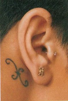 i love rhianna's pisces tattoo behind her ear. :)