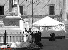 Peregrinos afuera atrio de Catedral Basilica de San Juan de los Lagos