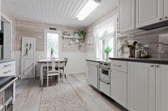 1944 rakennetun vapaa-ajan asunnon keittiö on remontoitu kauniisti maalaisromanttiseen tyyliin. Lue myös:Mökkikeittiö mielessä – Viikon valinnat