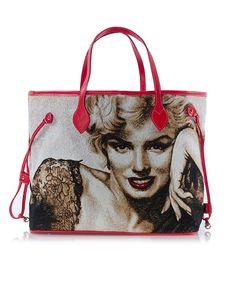Apolena Marilyn Monroe Baskılı Çanta ile modanın kraliçesiyle tanışın! - Suni deri ve dokuma goblen kumaş kullanılarak üretilen Apolena Kırmızı Saplı Marilyn Monroe Çanta tarzınıza yepyeni bir soluk katın. - İçi astarla tamamlanan çantanız böylece hem korunmuş hem de şıklığını tamamlamış oluyor. - ürün Ebatları: 39X17X34 cm'dir. Benzersiz bir tarz yaratmak için Apolena çantalar karşınızda!