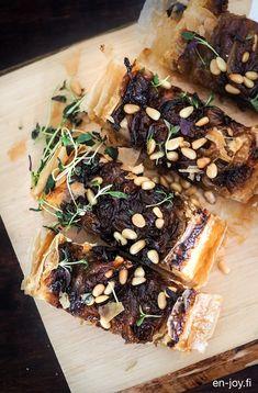 Makeaa ja rapeaa sipulipiirasta Wohlsin kartanosta /// Rapeaan filotaikinapohjaan leivotun, karamellisoidulla sipulilla päällystetyn sipulipiiraan mehvyys piilee juustoisessa täytteessä. Tämä pikkusuolainen herkku sopii mainiosti talven illanistujaisii… Spanakopita, Pork, Ethnic Recipes, Pork Roulade, Pigs, Pork Chops