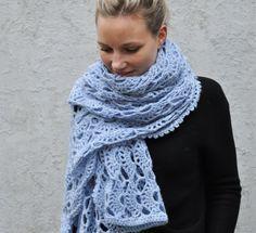 Kanten sjaal haken? Met dit patroon en het prachtige garen Lana Grossa Arioso maak je een engelachtige sjaal of omslagdoek. Bekijk hier het gratis patroon.