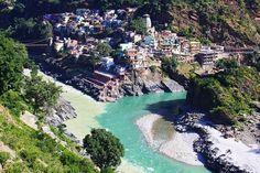 Confluenza dei fiumi Alaknanda e Bhagirathi a Devprayag, India
