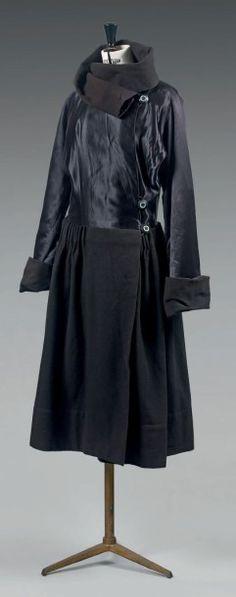 Paul POIRET à Paris N° 40187, vers 1920 Manteau modèle « Cairo ». Buste en satin noir à boutonnage asymétrique en bakélite bicolore, manches longues, raglan, col boule et poignets en lainage à la couleur,… - Beaussant Lefèvre - 18/12/2014