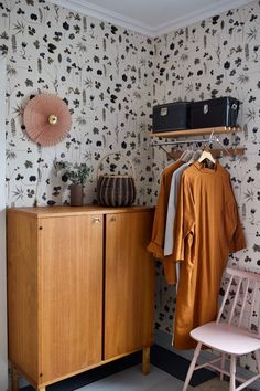 Old house bedroom. Old house bedroom. Interior Wallpaper, Wallpaper Decor, Home Wallpaper, Bedroom Wallpaper, Wall Paper Bedroom, Wallpaper Patterns, Emoji Wallpaper, Dream Bedroom, Home Bedroom