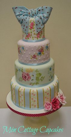 Beautiful cake reminiscent of Cath Kidston....lovely! ᘡղbᘠ