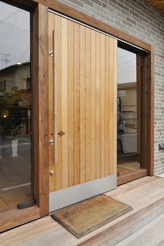 Utilising a sliding door as a front door to a home is a very interesting idea. one in the western world might be concerned about security, before remembering that sliding doors have been the norm in Japan for centuries. Front Door Entrance, Exterior Front Doors, Front Entrances, House Entrance, Entry Doors, Wood Doors, Sliding Doors, Casa Hygge, Door Design