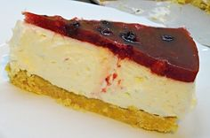 Nepečený dort ze sušenkového korpusu, smetanového krému a drobného, nejlépe sezónního, ovoce zalitého želatinou. Cheesecake, Food, Deserts, Cheesecakes, Essen, Meals, Yemek, Cherry Cheesecake Shooters, Eten