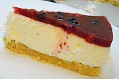 Nepečený dort ze sušenkového korpusu, smetanového krému a drobného, nejlépe sezónního, ovoce zalitého želatinou.