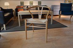 UDSALG på designmøbler, belysning og boligtilbehør! Wishbone Chair, Furniture, Design, Home Decor, Homemade Home Decor, Home Furnishings, Design Comics, Decoration Home, Arredamento