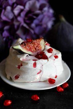 Pavlova mit Feigen, Joghurt und Granatapfelkernen