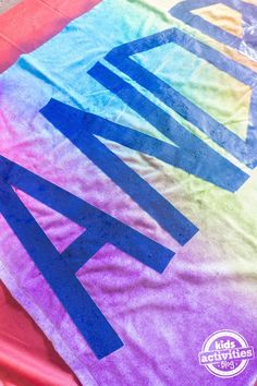 Nothing says summer fun like personalized tie dye beach towels! Perfect for the pool or a beach outing, kids will love creating these colorful towels and Ty Dye, Tie Die Shirts, Tie Dye Party, Tie Dye Crafts, Diy Crafts, Kids Party Themes, Party Ideas, Personalized Towels, Kids Beach Towels