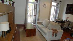 VILADOMAT-PARLAMENT Pis de 85 m² totalment reformat. Orientat davant i darrera. Saló de 25 m², 3 habitacions (2 dobles + 1 individual), cuina office, bany, parquet, tancaments d'alumini, viguess fusta restaurada i calefacció