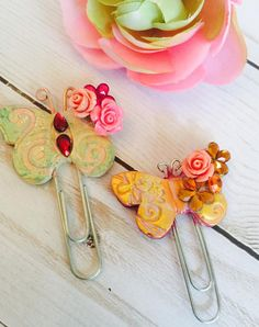 Paperclip Bookmarks Ideas You Will Love Video Tutorial We've rounded up the best Paperclip Bookmarks DIY ideas and you love them all. Paper Clips Diy, Paper Clip Art, Diy Paper, Paper Tags, Paperclip Crafts, Paperclip Bookmarks, Handmade Bookmarks, Corner Bookmarks, Crochet Bookmarks