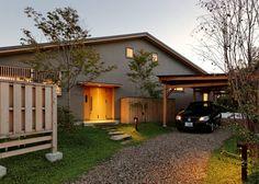 大屋根に包まれたシンプルで優しい家族の住まい
