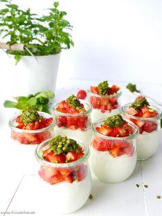 Ein schnelles Dessert mit sahniger Quark-Vanille-Creme, fruchtigen Erdbeeren und einem Topping aus Pistazien und Minze!