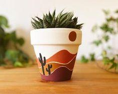Totalmente pintado a mano a mano Bumblebee diseñado maceta | Etsy Painted Plant Pots, Terracotta Plant Pots, Painted Flower Pots, Painting Terracotta Pots, Painting Clay Pots, Pots D'argile, Flower Pot Art, Pottery Painting Designs, Diy Planters