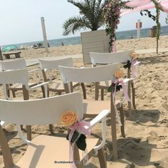 Stoelbloemen, in vaasjes of gewoon lekker natural als veldbloemen vast gestrikt met een lintje, zijn super leuk om de stoelen van de gasten voor de trouwceremonie mee te decoreren. In overleg met jullie en de locatie kunnen wij ze voor jullie aan de stoelen vast maken.