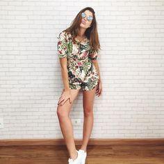 Look Manuela Bordasch com macaquinho floral + tênis.