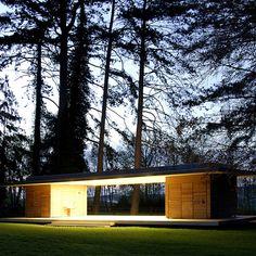 Préau de Commétreuil (51) Giovanni Pace Architecte Le préau prend place au pied d'arbres centenaires et joue avec leur verticalité