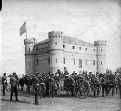 """""""Maniobras militares en el Camp de la Bota, actual recinto del Fòrum. El edificio era un caurtel de artilleria, situado exactamente donde ahora se levanta el edificio triangular azul del Fórum""""."""