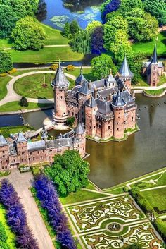 Kasteel de Haar is the largest castle of Holland and is located just outside Utrecht and a half an hour drive from Amsterdam. De Haar has everything you expect from a castle; towers, turrets, moats, gates and suspension bridges. Places Around The World, The Places Youll Go, Places To See, Around The Worlds, Utrecht, Beautiful Castles, Beautiful Buildings, Beautiful Gardens, Wonderful Places