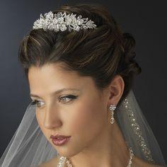 Deze eenvoudige maar elegante bruids tiara heeft Heldere Swarovski kristallen en geslepen strass steentjes en zal de perfecte aanvulling voor uw bruidsjurk zijn. Het bloemdesign is ingelegd met prachtige fonkelende...