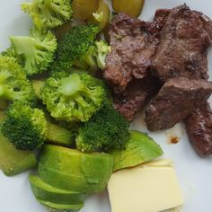 Lunch efter träning :) -Nötlever -Syrad gurka -Broccoli -Avocado -Smör  Tallrik fullproppad med nyttigheter med andra ord.  #InteEnsEnMarrätt #Gräsbeteskött #Träning