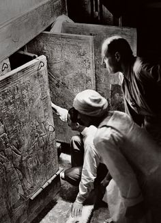 Archaeologist Howard Carter (kneeling), with Lord Carnarvon, opens the innermost shrine of King Tutankhamun's tomb, 1923. Photos: King Tut's Fans, From Elizabeth Taylor to Andy Warhol | Vanity Fair
