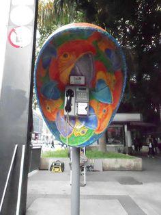Orelhões decorados levam arte e cor a São Paulo