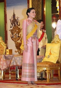 Thailand Officially Welcomes New King and Queen with Coronation Ceremony Traditional Fashion, Traditional Outfits, Thailand Princess, Thai Princess, King Rama 10, Prince Héritier, Marriage Certificate, Thai Dress, Brave Women