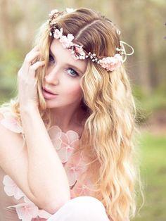 Coroa de flores no Casar.com, onde você encontra Inspirações e Dicas para seu Casamento feito por quem mais entende do assunto