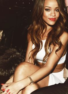 Rihanna - long wavy brown to caramel ombre hair Hair color Pretty People, Beautiful People, Beautiful Boys, Beautiful Images, Look Star, Beauty And Fashion, Style Fashion, Brown Hair With Highlights, Light Highlights
