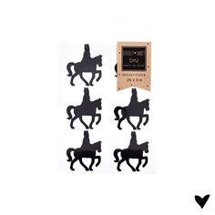 €2.50 Stickertjes 2,5 x 3 cm Sinterklaas Silhouet 12 st. Super schattige mini Sinterklaas stickertjes ! Fantastisch om zakjes en doosjes mee te sluiten, maar je kunt ze eigenlijk overal op plakken !  Afmeting : 2,5 cm breed - 3 cm hoog Decosticker >> Papier & Interieur (muren, ramen, meubels enz..)