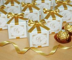 Wedding bonbonniere Favor box with Gold bow White candy box with satin ribbon, bow and names Personalized favors for wedding guests Candy Wedding Favors, Wedding Favor Boxes, Wedding Gifts, Destination Wedding Welcome Bag, Wedding Welcome Bags, Personalized Favors, Personalized Wedding, Personalized Chocolate, Wedding Doors
