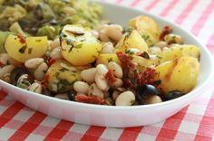 Weisse Bohnen und Zitronenkartoffeln mit Oliven und Tomaten