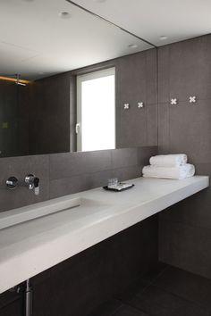 Зеркало для ванной комнаты Идеи - Fill The Wall // Зеркало занимает большую часть над раковиной стене и делает серый ванной чувствовать себя все больше и более открытой.