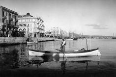 Βαρκάρης μπροστά στην παραλία το 1942