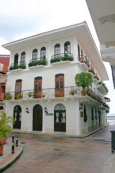 Mostaza. Casco Viejo,  Panama. Me encantan las diferentes formas de puertas y balcones que se aprecia.Flor Fossatti.