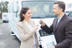 Du willst ein gebrauchtes Wohnmobil kaufen und weißt nicht, worauf du dabei achten solltest? Lohnt sich der Kauf beim Händler oder doch lieber von Privat? Mit unserer kostenlosen Checkliste, die du dir einfach downloaden kannst, geht beim Wohnmobilkauf nichts mehr schief.