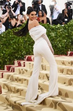 Kendall Jenner Wears the Pants on Met Gala 2018 Red Carpet!: Photo Kendall Jenner opts for pants while walking the carpet at the 2018 Met Gala held at the Metropolitan Museum of Art on Monday (May in New York City. Khloe Kardashian, Kardashian Kollection, Kendall Jenner Outfits, Kendall Jenner Estilo, Kylie Jenner, Kendall Jenner House, Kendall Jenner Modeling, Kendall Jenner Instagram, Jenner Hair