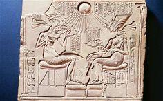 Akhenatón, Nefertiti y sus hijas. Análisis iconográfico de la obra.