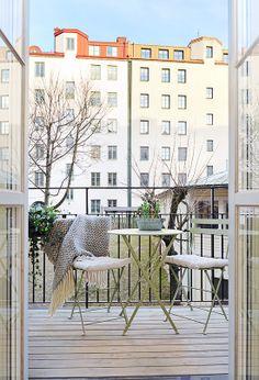 Une petite table pliante pour aménager le balcon